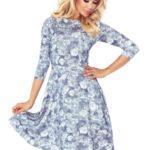 49-14 Rozšířené dámské šaty se 3/4 rukávy – drobné světle modré růžičky na bílém pozadí 49-14