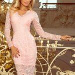 Dámské krajkové šaty v pastelově růžové barvě s dlouhými rukávy a výstřihem 170-4