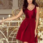 Dámské šaty v bordó barvě s krajkovým výstřihem a kontra záhyby 208-3