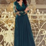 Dlouhé dámské šaty v lahvově zelené barvě s dlouhými rukávy a vyšívaným výstřihem 213-1 ARATI