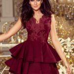 Exkluzivní dámské šaty v bordó barvě s krajkovým výstřihem 200-8 CHARLOTTE