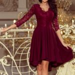 NICOLLE – Dámské šaty v bordó barvě s delší zadní částí a s krajkovým výstřihem 210-1