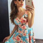 Rozšířené dámské šaty s výstřihem a květy v broskvové barvě MM 014-9