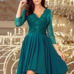 NICOLLE – Dámské šaty v lahvově zelené barvě s delším zadním dílem a s krajkovým výstřihem 210-8
