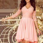 NICOLLE – Dámské šaty v pastelově růžové barvě s delším zadním dílem a s krajkovým výstřihem 210-7