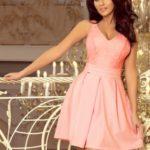 Dámské šaty v pastelově růžové barvě s krajkovým výstřihem a záhyby 208-5