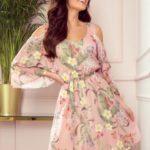 MARINA – Vzdušné dámské šifónové šaty v růžové barvě s květinovým vzorem a dekoltem 292-1