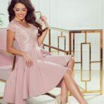 PATRICIA – Dámské šaty v pudrově růžové barvě s delším zadním dílem a krajkovým výstřihem 300-1