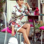 IRENE – Dámské šaty s rolákem a barevným vzorem 282-1