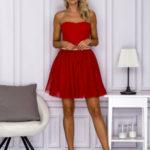 Červené šaty s tylovým lemem