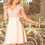 Dámské šaty v pastelově růžové barvě s dekoltem a krajkou model 7425990