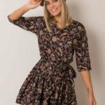 Černé šaty s květinovými potisky