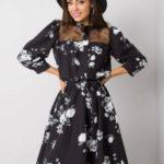 Černé šaty s květinovými vzory