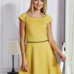 Dámské žluté rozšířené šaty s opaskem
