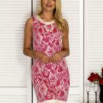 Tmavě růžové šaty s lesklou krajkou s motivem PLUS VELIKOST