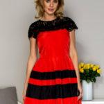 Dámské šaty s krajkou a červeným flitrovým lemováním