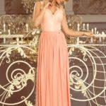 Dlouhé dámské šaty v broskvové barvě bez rukávů, s krajkovým výstřihem model 7393776