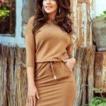 Sportovní dámské šaty v karamelové barvě 13-108
