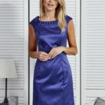 Tmavě modré šaty s ozdobným výstřihem
