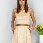 Béžové šaty s koženými řemínky
