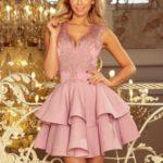Exkluzivní dámské šaty v barvě lila s krajkovým výstřihem model 7638090