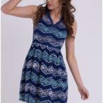 Dámské společenské šaty EMAMODA pokryté krajkou tmavě modré – Tmavě modrá / M – EMAMODA