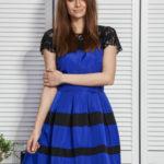 Dámské šaty s krajkovým a flitrovým kobaltovým lemem