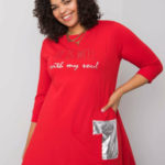 Červené šaty s aplikací