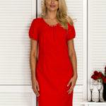 Červené koktejlové šaty se stříbrnými detaily