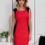 Červené šaty s řetízkem a modelingovým prošíváním