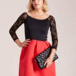 Červené a černé šaty se záhyby a krajkou
