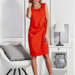 Červené dámské šaty s dekorativní květinou