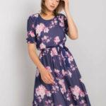 Tmavě modré šaty s květinovými vzory