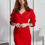 Červené dámské šaty s volánky na rukávech
