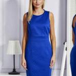 Kobaltové šaty s výřezem na zadní straně