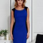 Kobaltové šaty s řetízkem a modelářským prošíváním