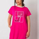 Fuchsiové šaty plus velikosti s nášivkami